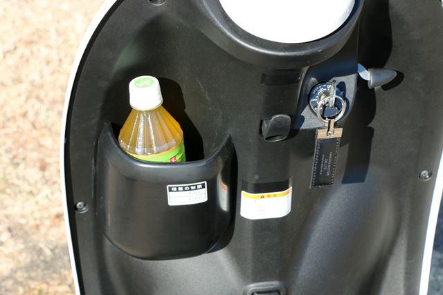 乗った際に足の前にくる部分には、ペットボトルを入れるのにちょうどいいサイズの収納スペースを用意