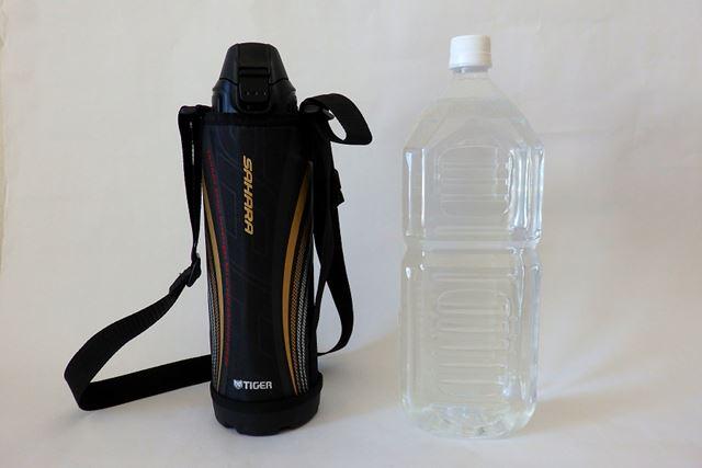 1LタイプのMBO-E100。2Lペットボトルと並べたサイズ感はこんな感じ