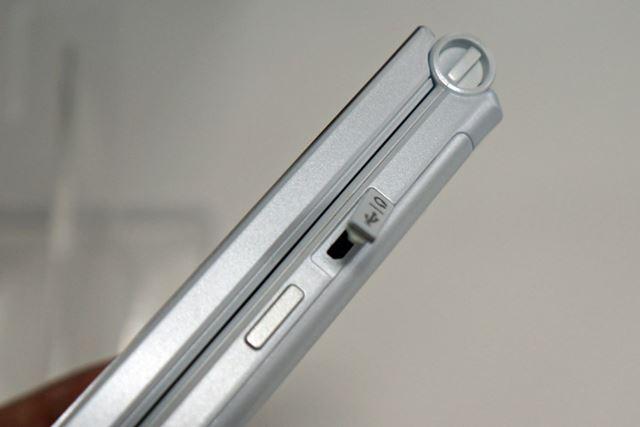 側面に備わるキャップ付きのmicroUSBポート。なお、防水・防塵対応ではないので注意