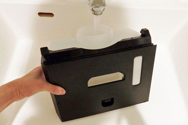 写真では手を沿えているが、水タンクは自立する仕様なので給水もしやすい