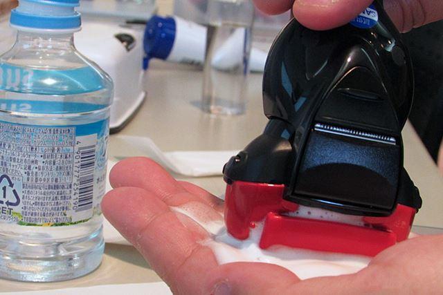 「泡メイキングモード」を起動させ、水を加えた洗顔料を軽く叩くようにヘッド前後に動かすと泡が発生
