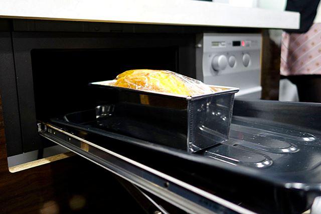 グリルの有効高さが9cmと業界最大なのも特徴。パウンドケーキの型も余裕で入っていた
