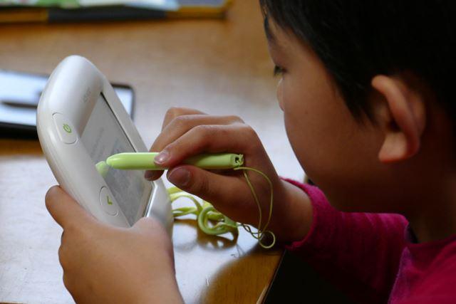 大人向けのタブレットと違って、子どものが片手で持って、片手でタッチペンを持もって操作できます