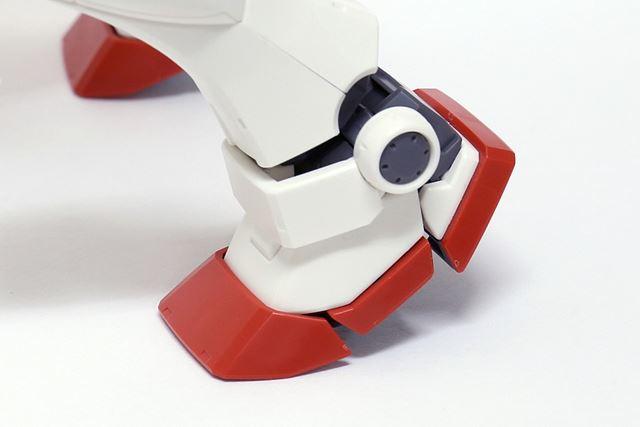 足は3分割されているのが特徴。表情をつけやすく、柔軟に動くので接地性にすぐれています