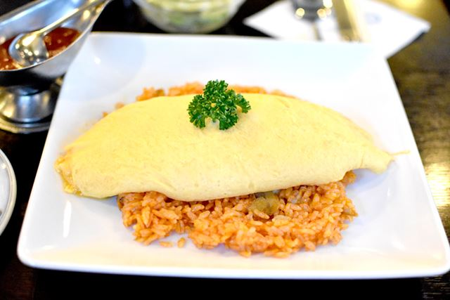 名物の「タンポポオムライス(伊丹十三風)」。映画「タンポポ」の伊丹十三監督にゆかりのある料理とのこと