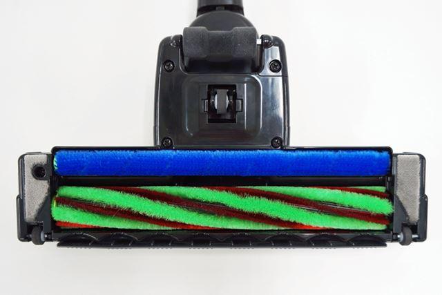 後部にあるブラシ(青色)も回転するため、ヘッドを押しても引いてもゴミをせき止めることなく吸引できる