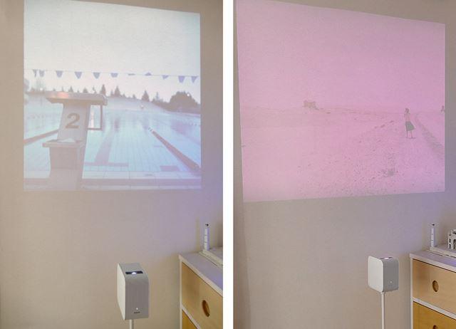 左は寒色系の写真を表示した場合、右は暖色系の写真を表示した場合