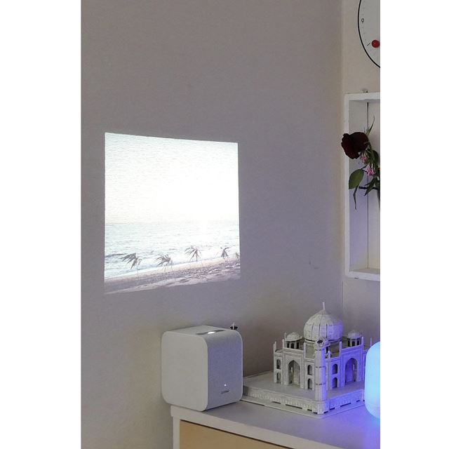 LSPX-P1を壁にぴったりくっつけてプロジェクションすると、光が入る室内でも見やすくなりました