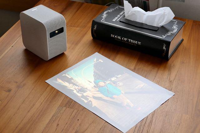 机に置いたA4用紙に縦写真をプロジェクション