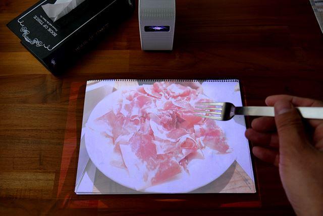 食べる視点から撮った生ハムの写真をプロジェクションしたら、食べたくなりました!