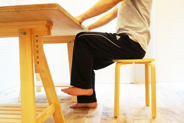 2.太ももを持ち上げるイメージで片足を床から浮かす