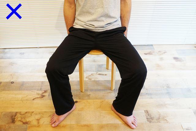 ガニ股ぎみになるのもNG。両膝の幅は、骨盤の幅とほぼ同じくらいになるようにしよう