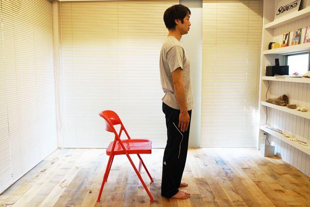 1.椅子の前に立ち、ゆっくりと腰を下ろしていく