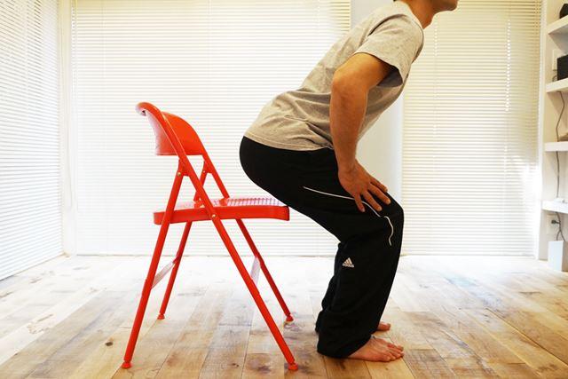 2.お尻が椅子に触れる直前で止める。この姿勢のまま、約3〜5秒耐えよう