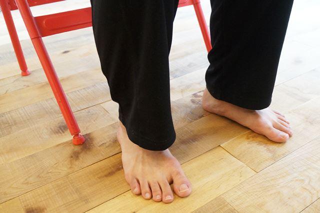 足は開き過ぎず、骨盤と同じ幅に。つま先はまっすぐ前方に向けたほうがバランスを取りやすい