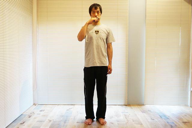 1.歯を磨きながら、足を閉じてまっすぐな姿勢に