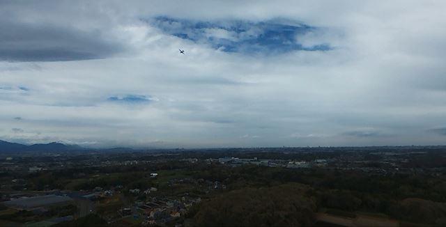 前方、やや上向きで撮影するとこのような感じ。飛行機が映っていました