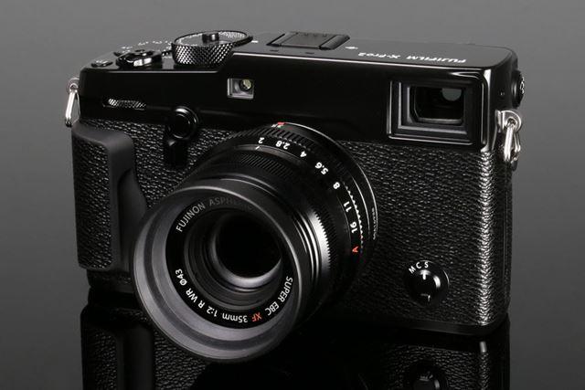 X-Pro2に単焦点レンズ「フジノンレンズ XF35mmF2 R WR」を装着したイメージ
