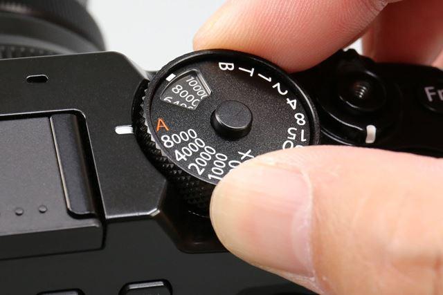 シャッタースピードダイヤルと一体化した感度ダイヤル。引き上げて回すことで感度を設定できる