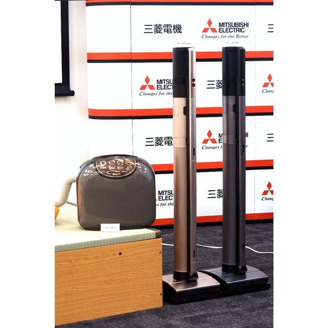 布団乾燥機「AD-X80」(左)とコードレススティッククリーナー「HC-VXF30P」(中)「HC-VXF20P」(右)