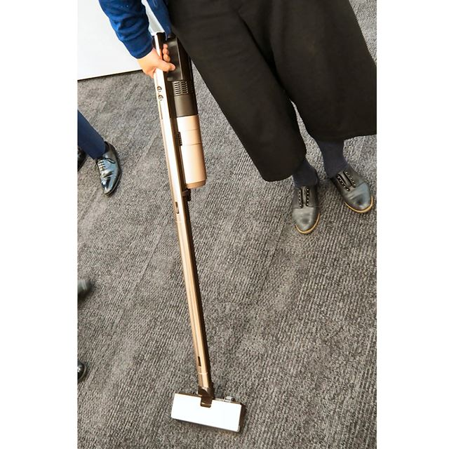 クリーナー本体サイズは226(幅)×195(奥行)×1053(高さ)mm、重量は床用パワーブラシ込みで2.1kg