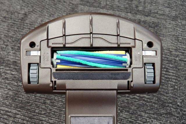 ヘッドの先端側には厚さ数ミリのスリットを配置してあり、髪の毛などの長いゴミも吸い込みやすくなっている