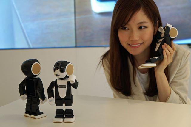 キュートなデザインで動いたり会話したりする携帯電話機能付き人型ロボット。それが「RoBoHoN」だ