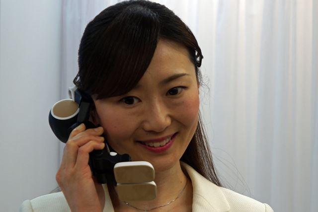 VoLTE携帯電話として備えるのがユニーク。「RoBoHoN」を置いたままでのハンズフリー通話も可能だ