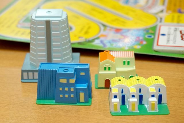 プレイヤーが住める家には、「高層マンション」も登場。盤上には、高層ビル群なども設置されていますよ