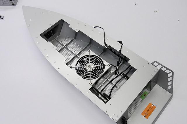 船底には120mmファンが1基搭載されており交換も可能だ