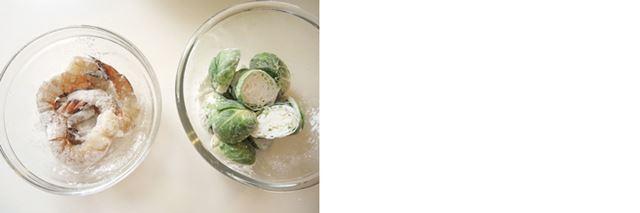 (7)芽キャベツとエビ、それぞれに薄力粉(分量外)を少しまぶしておきます。