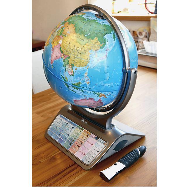ボタンの付いた台座が特徴的なしゃべる地球儀PG-HR14。なかなか立派な地球儀です