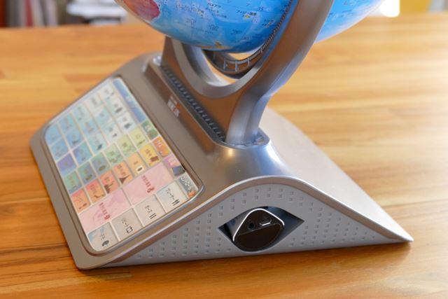 ペン型デバイスはコードレスで台座に収納できるようになっているので、行方不明にならずに済みそう