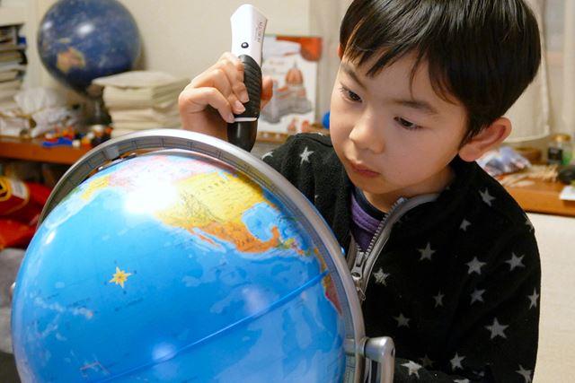 触るだけで音声で知識が増えるのでこれまでの地球儀とは子どもの興味の示し方が違う