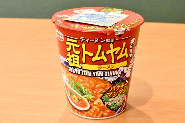 ティーヌン監修の元祖トムヤムラーメンを食べて、お店の味と比べてみます