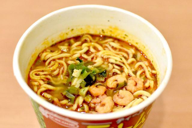 お湯を入れて3分。仕上げの液体スープを入れて、完成です