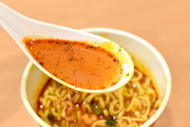 一見、辛味が強そうなスープ。しかし、お店と同様に、酸味がかなり効いています