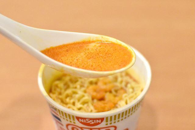 スープは、元祖トムヤムラーメンと比べて、やや甘めな味付け