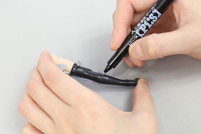 黒いマーカーを使って、白くなってしまった部分のみをちょんちょんと塗ってあげます