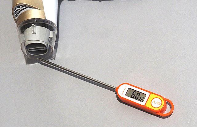温風時ターボモード時の速乾ノズルぎりぎりの温度を計測すると、温度は最大でも64℃でした