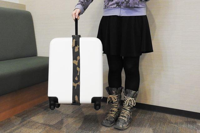 ベルトを持ち上げれば測定が始まるので、スーツケースを浮かせたまま3秒程度キープ