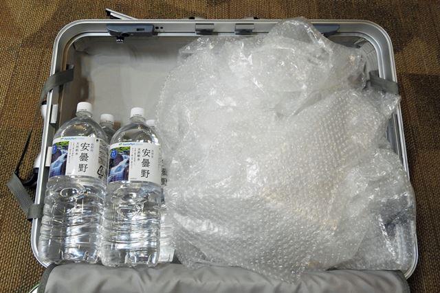 片側が8.3kgでもう片方が0.3kgになるように中身をセット。スーツケースとあわせて15.6kgが正確な数値だ