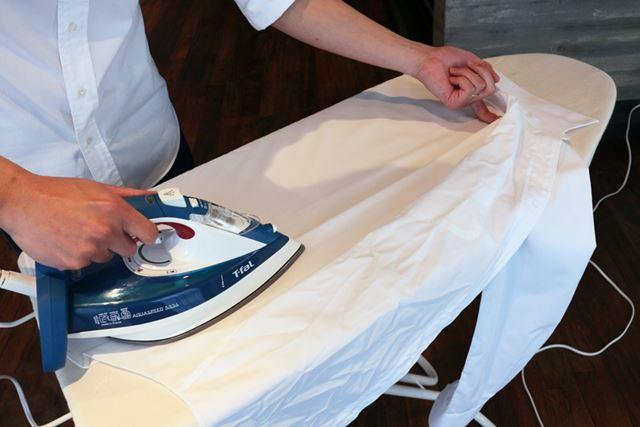 背中にタックがある場合は、形を取ったタックの起点下に指を入れておくとまっすぐにアイロンがけできます