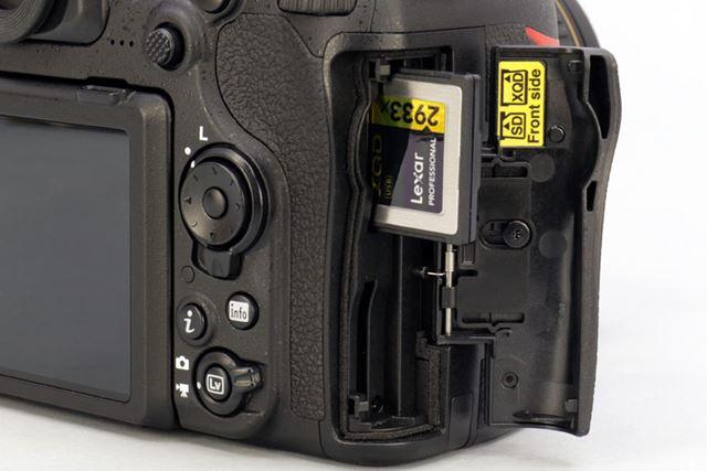 XQDカードと、UHS-II対応のSDメモリーカードのデュアルスロットを採用