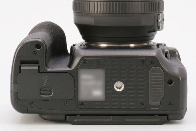 底面。対応バッテリーは「EN-EL15」で、撮影可能枚数は約1240コマ(CIPA準拠)