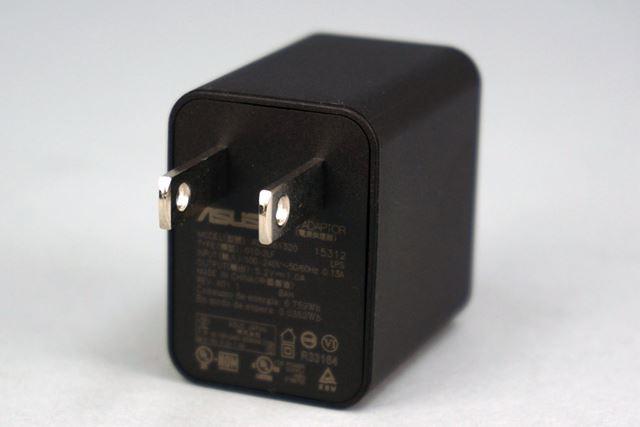 本機は、急速充電に対応していない。同梱されるACアダプターは出力が1.0Aの一般的なもの