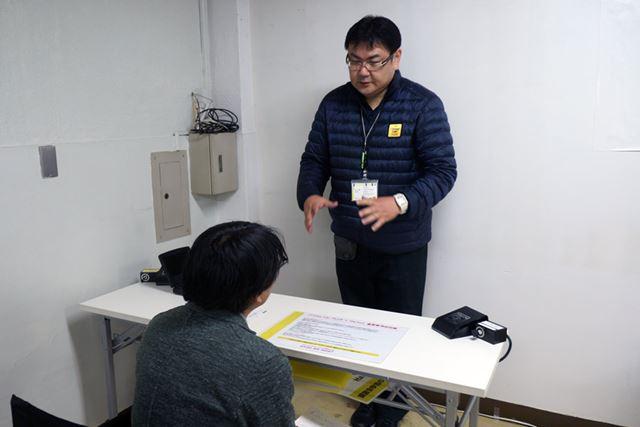 講習の最初は座学、指導員がi-ROADの特性をテキストで解説する