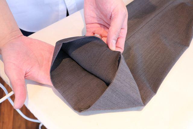 内側の縫い目をぴたりと合わせるようにすると、ちょうど中央にプレスラインを付けることができますよ