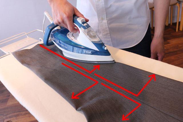 縫い目を起点にアイロンを左右に滑らせ、下から上に順にラインをつけていきます