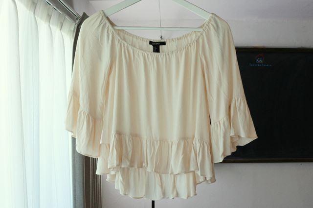 袖、裾、衿元すべてにギャザーが入っているカットソー。ギャザーがつぶれているのでべったりとした印象です
